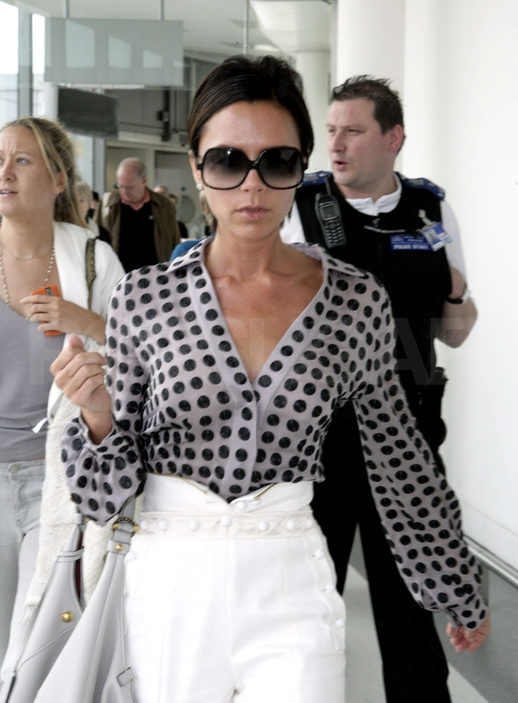 Photos-Victoria-Beckham-Heathrow-2009-07-21-090056.jpg